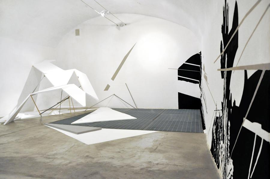 MEAN SHADOW OF A GOD (Raum: Christian Heilig / Wand: Esther Horn), de Simoni arte contemporanea gallery, Genua, 2009/2010